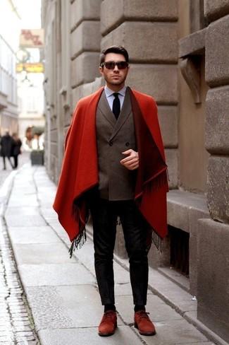 Comment porter: pardessus rouge, blazer croisé marron foncé, chemise de ville bleu clair, pantalon chino noir