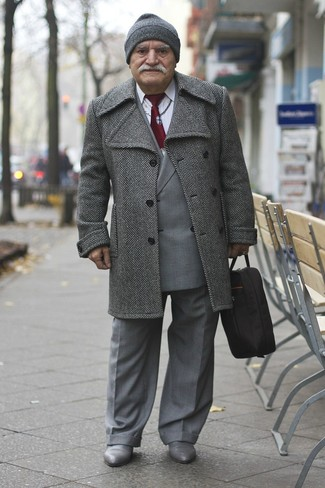 Comment porter: pardessus à chevrons gris, blazer croisé écossais gris, chemise de ville blanche, pantalon de costume gris