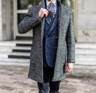 Comment porter: pardessus gris, blazer croisé en laine bleu, chemise de ville violet clair, pantalon chino noir