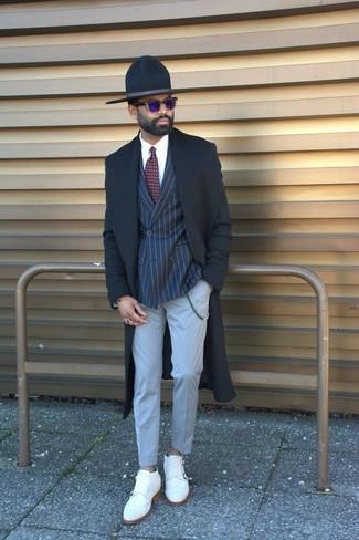 Comment porter: pardessus noir, blazer croisé à rayures verticales bleu marine, chemise de ville blanche, pantalon de costume gris