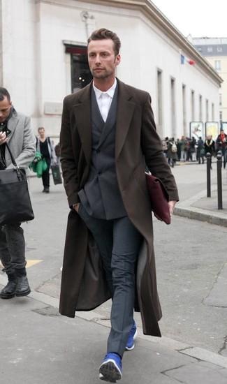 Comment porter: pardessus marron foncé, blazer croisé marron foncé, chemise de ville blanche, pantalon de costume gris foncé