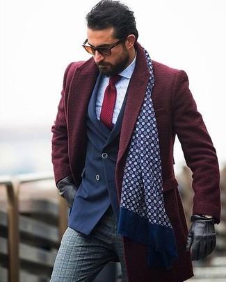 Comment porter: pardessus bordeaux, blazer croisé bleu marine, chemise de ville á pois blanche, pantalon de costume en laine écossais gris