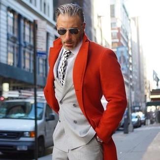 Comment porter: pardessus rouge, blazer croisé gris, chemise de ville blanche, pantalon de costume gris