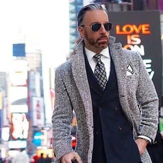 Comment porter: pardessus à chevrons gris, blazer croisé bleu marine, chemise de ville blanche, cravate écossaise grise