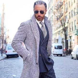 Comment porter: pardessus à chevrons gris, blazer croisé à rayures verticales bleu marine, chemise de ville blanche, pantalon de costume à rayures verticales bleu marine