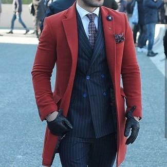 Comment porter: pardessus rouge, blazer croisé à rayures verticales bleu marine, chemise de ville blanche, pantalon de costume à rayures verticales bleu marine