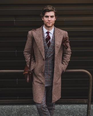 Comment porter: pardessus marron, blazer croisé en laine à carreaux gris, chemise de ville blanche, pantalon de costume en laine écossais gris