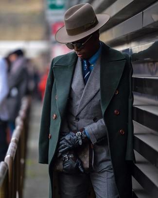 Comment porter: pardessus vert foncé, blazer croisé gris, chemise de ville bleue, pantalon de costume gris