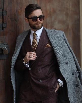Comment porter: pardessus à chevrons gris, blazer croisé marron foncé, chemise de ville blanche, cravate imprimée jaune