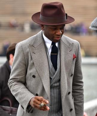Comment porter: pardessus gris, blazer croisé en laine à rayures verticales gris, chemise de ville blanche, chapeau en laine marron foncé