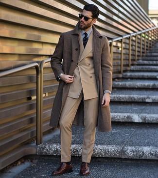 Comment porter: pardessus marron, blazer croisé marron clair, chemise de ville à rayures verticales blanche et noire, pantalon de costume marron clair