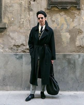 Comment porter: pardessus noir, blazer croisé en laine à carreaux gris, chemise de ville blanche, pantalon de costume en laine à carreaux gris