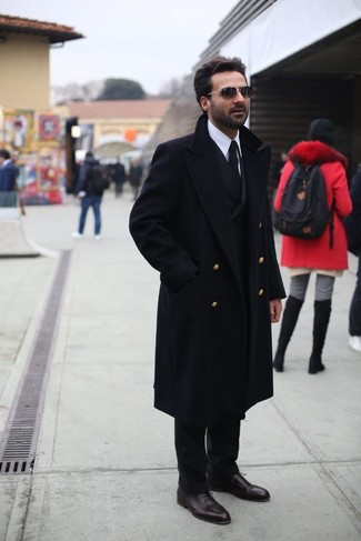 Comment porter: pardessus noir, blazer croisé noir, chemise de ville blanche, pantalon de costume noir