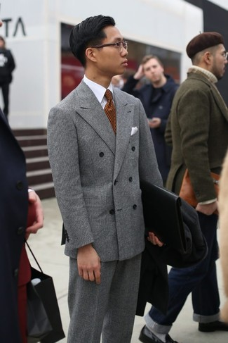 Comment porter: pardessus noir, blazer croisé écossais gris, chemise de ville blanche, pantalon de costume écossais gris