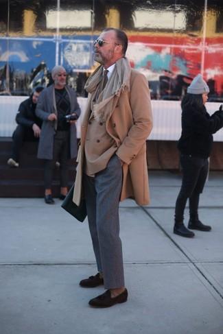 Comment porter: pardessus marron clair, blazer croisé marron clair, chemise de ville blanche, pantalon de costume en laine gris