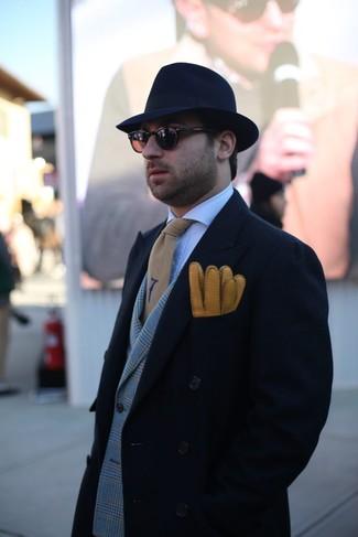 Comment porter: pardessus noir, blazer croisé écossais gris, chemise de ville à carreaux blanche, chapeau en laine bleu marine