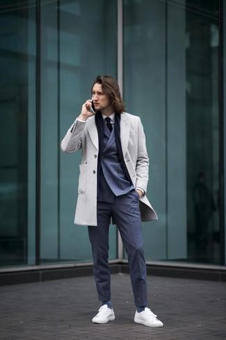 Comment porter: pardessus gris, blazer croisé bleu marine, chemise de ville blanche, pantalon de costume bleu marine