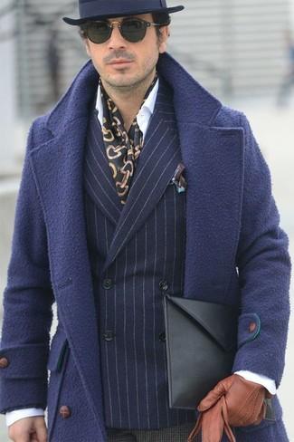 Comment porter: pardessus bleu marine, blazer croisé en laine à rayures verticales bleu marine, chemise de ville blanche, pantalon de costume en laine à carreaux marron foncé