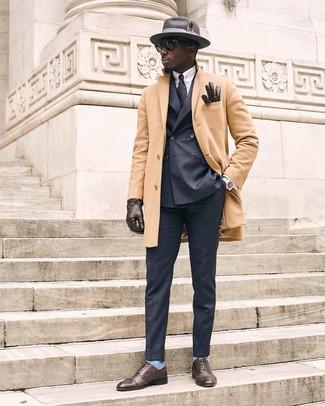 Comment porter: pardessus marron clair, blazer croisé gris foncé, chemise de ville à rayures verticales bleu clair, pantalon de costume gris foncé