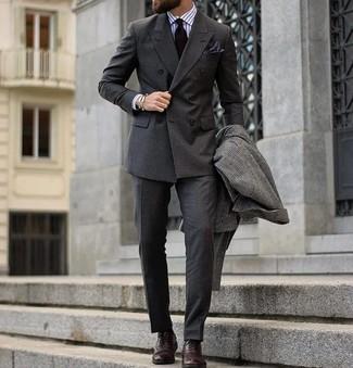 Comment porter: pardessus à carreaux gris foncé, blazer croisé gris foncé, chemise de ville à rayures verticales blanche, pantalon de costume gris foncé