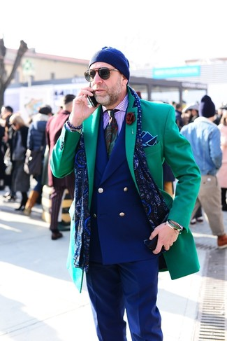 Comment porter: pardessus vert, blazer croisé bleu marine, chemise de ville à rayures verticales violet clair, pantalon de costume bleu marine