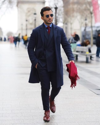 Comment porter des chaussettes bordeaux: Pense à associer un pardessus bleu marine avec des chaussettes bordeaux pour un look idéal le week-end. Transforme-toi en bête de mode et fais d'une paire de des double monks en cuir bordeaux ton choix de souliers.