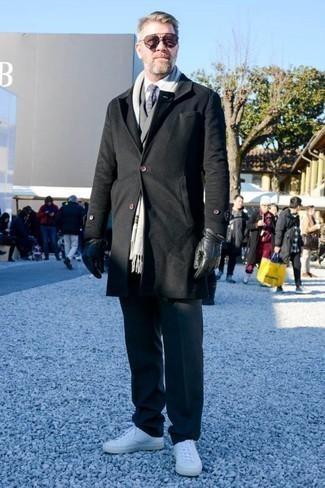Comment porter une cravate imprimée bleu marine: Opte pour un pardessus noir avec une cravate imprimée bleu marine pour une silhouette classique et raffinée. D'une humeur créatrice? Assortis ta tenue avec une paire de des baskets basses en cuir blanches.