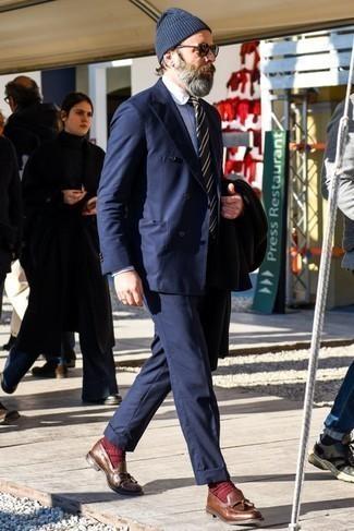 Comment porter un pantalon de costume bleu marine: Associe un pardessus noir avec un pantalon de costume bleu marine pour dégager classe et sophistication. Tu veux y aller doucement avec les chaussures? Fais d'une paire de des mocassins à pampilles en cuir marron ton choix de souliers pour la journée.