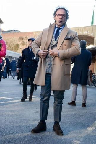 Comment porter un blazer croisé écossais gris pour un style elégantes: Essaie de marier un blazer croisé écossais gris avec un pantalon de costume bleu marine pour une silhouette classique et raffinée. Cette tenue se complète parfaitement avec une paire de des chaussures richelieu en daim marron foncé.