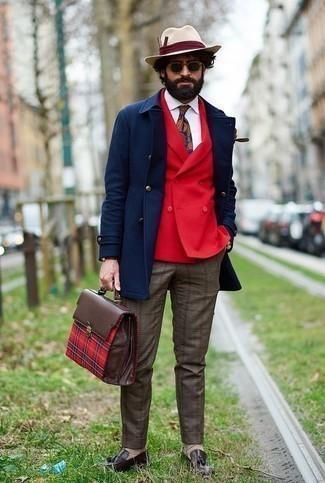 Comment porter un chapeau en laine beige: Choisis pour le confort dans un pardessus bleu marine et un chapeau en laine beige. Fais d'une paire de des mocassins à pampilles en cuir marron foncé ton choix de souliers pour afficher ton expertise vestimentaire.