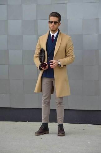 Comment porter un pardessus marron clair avec un pantalon chino beige: Harmonise un pardessus marron clair avec un pantalon chino beige pour achever un look habillé mais pas trop. Complète cet ensemble avec une paire de des chaussures derby en cuir pourpre foncé pour afficher ton expertise vestimentaire.