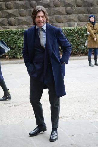 Comment porter des chaussettes bleu marine: Pense à harmoniser un pardessus bleu marine avec des chaussettes bleu marine pour un look confortable et décontracté. Jouez la carte classique pour les chaussures et termine ce look avec une paire de slippers en cuir noirs.