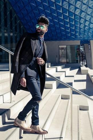 Comment porter: pardessus écossais marron foncé, blazer croisé noir, chemise en jean bleue, jean skinny déchiré bleu marine