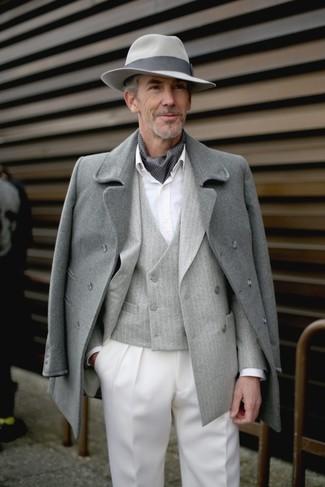 Comment porter un chapeau en laine gris foncé en hiver: Pense à associer un pardessus gris avec un chapeau en laine gris foncé pour un look confortable et décontracté. Une géniale tenue, qu'on veut pour pour les journées hivernales.