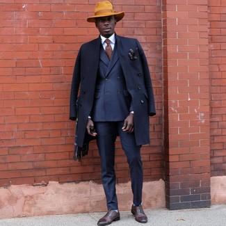 Comment porter: pardessus bleu marine, blazer croisé bleu marine, pantalon de costume bleu marine, chaussures richelieu en cuir marron