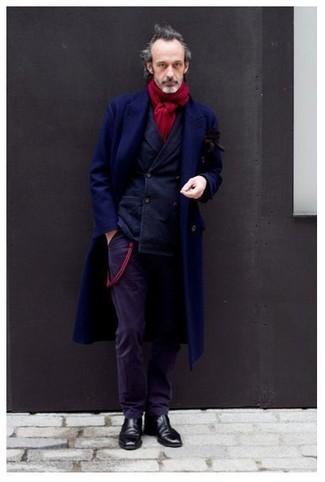 Comment porter: pardessus bleu marine, blazer croisé bleu marine, pantalon de costume en velours côtelé violet, bottines chelsea en cuir noires