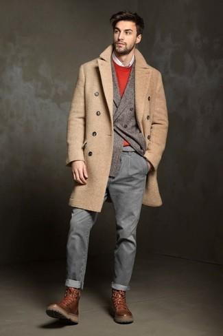 Associe un pull à col rond rouge Anvil avec un jean gris pour une tenue idéale le week-end. Apportez une touche d'élégance à votre tenue avec une paire de des bottes de loisirs en cuir brunes.