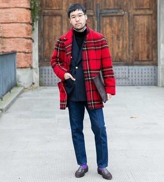 Comment porter: pardessus écossais rouge, blazer croisé bleu marine, pull à col rond noir, chemise à manches longues en vichy blanche et noire