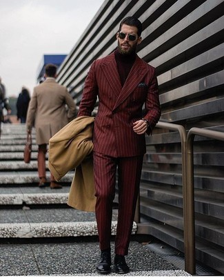 Comment porter: pardessus marron clair, blazer croisé à rayures verticales bordeaux, pull à col roulé bordeaux, pantalon de costume à rayures verticales bordeaux