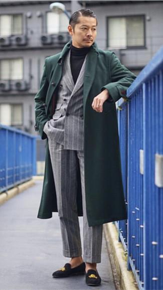 Comment porter: pardessus vert foncé, blazer croisé à rayures verticales gris, pull à col roulé noir, pantalon de costume à rayures verticales gris