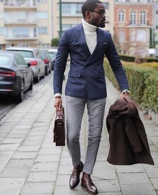 Comment porter: pardessus marron foncé, blazer croisé bleu marine, pull à col roulé en tricot blanc, pantalon de costume gris