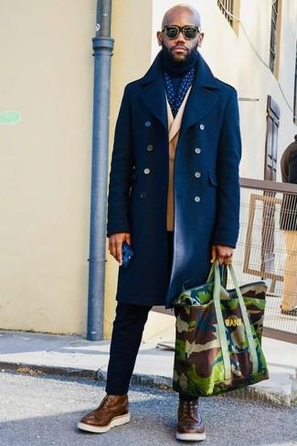 Comment porter: pardessus bleu marine, blazer croisé marron clair, pull à col roulé bleu marine, pantalon chino noir