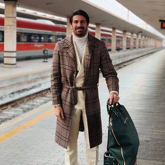 Comment porter: pardessus écossais marron, blazer croisé en laine beige, pull à col roulé en tricot blanc, pantalon de costume en laine beige