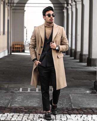 Comment porter: pardessus marron clair, blazer croisé noir, pull à col roulé marron clair, pantalon de costume noir