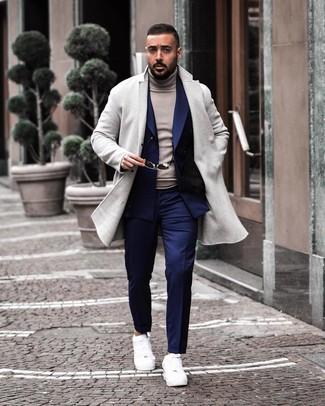 Comment porter: pardessus gris, blazer croisé bleu marine, pull à col roulé gris, pantalon de costume bleu marine