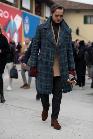 Comment porter des bottines chukka en daim marron en hiver: Essaie d'harmoniser un pardessus écossais bleu marine avec un pantalon de costume en laine noir pour dégager classe et sophistication. Si tu veux éviter un look trop formel, assortis cette tenue avec une paire de des bottines chukka en daim marron. Nous trouvons que pour l'hiver cette tenue est idéale.