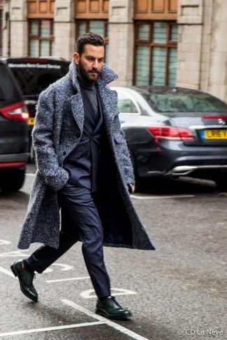 Comment porter un pantalon de costume bleu marine: Choisis un pardessus gris foncé et un pantalon de costume bleu marine pour un look pointu et élégant. Une paire de des chaussures richelieu en cuir vert foncé est une option astucieux pour complèter cette tenue.