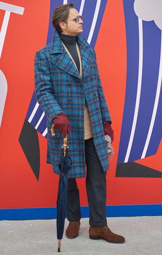 Comment porter un blazer croisé marron clair: Marie un blazer croisé marron clair avec un pantalon de costume gris foncé pour un look pointu et élégant. Si tu veux éviter un look trop formel, termine ce look avec une paire de des bottines chukka en daim marron.