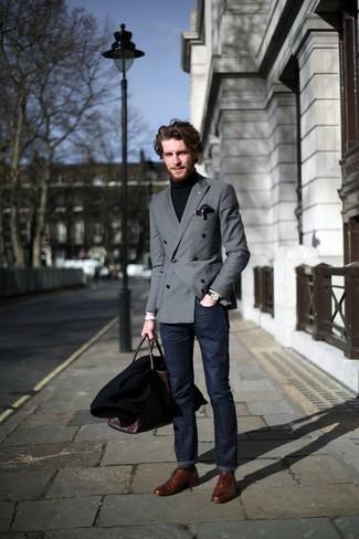 Comment porter un blazer croisé gris: Choisis un blazer croisé gris et un jean bleu marine pour créer un look chic et décontracté. Opte pour une paire de des chaussures richelieu en cuir marron pour afficher ton expertise vestimentaire.
