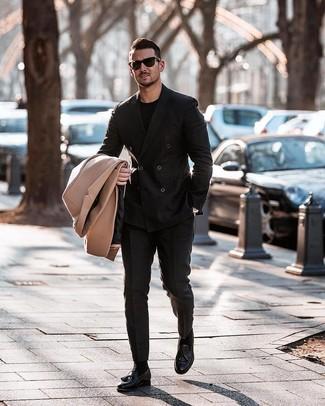 Comment porter: pardessus marron clair, blazer croisé noir, t-shirt à col rond noir, pantalon de costume noir